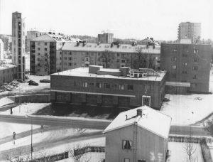 Nya branstationen med Vårvägen i bakgrunden år 1961. Notera punkthus under uppförande i Skytteholm.