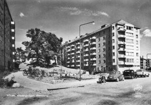 """Vy från Virebergsvägen uppåt kullen med Vårvägens gård, ca 1962. Vykort. """"SOLNA. Virebergsvägen, Ekensberg""""."""