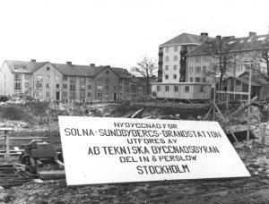 Påbörjat byggande av Solna-Sundbybergs brandstation ca år 1960. Till höger en skymt av Vårvägen.