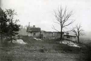 I karta från 1851 är ett torp inritat på kartan. Denna är avfotograferad år 1924 (äldsta fotot). Fotot finns i Solnabibliotekets samling. Bilden har vållat stor huvudbry då den ej stämt med landskapet. Först sedan bilden vänts V/H har den stämt. Bilden har alltså blivit felframkallad. Mysteriet har äntligen lösts! Torpruinen har rivits mellan 1924 och 1930 varefter Ekensbergs gårds huvudbyggnad har byggts. Gården revs år 1953 inför byggandet av Vårvägen och Sommarvägen.