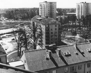 Vy av delvis obebyggd Vireberg från brandstationstornet med del av Vårvägens tak. Skytteholm är vid denna tid, ca 1960, ännu rena landsbygden.