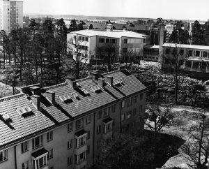 Vårvägen 1958. Gatan var ännu inte klar och det växte träd mitt. Ekensbergsskolan var nybyggd. Foto från brandstationstornet.
