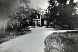 Ekensbergs gård. Ladugården låg närmare Hagavägen. Stallet och hönsgården låg nedanför Spetsberget. Uppe på berget ligger idag Ekensbergsskolan. Huvudbyggnaden revs 1963.