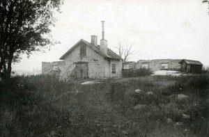 Ekhagens torp från annan vinkel mot dagens lekplats i riktning mot Virebergsvägen. I karta från 1851 är ett torp inritat på kartan. Denna är avfotograferad år 1924. Torpruinen har rivits mellan 1924 och 1930 varefter Ekensbergs gårds huvudbyggnad har byggts. Gården revs år 1953 inför byggandet av Vårvägen och Sommarvägen.
