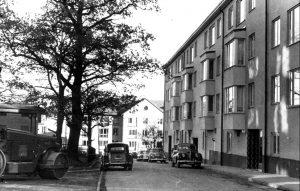 Vårvägen år 1958. Vy mot gatan. Notera vänstertrafiken vid denna tid som rådde fram till högertrafikomläggningen 1967.
