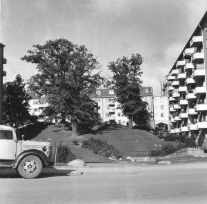 Vy från Virebergsvägen uppåt kullen med Vårvägens gård, ca 1960.