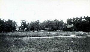 Lantlig idyll. 1940-tal. Hagavägen och stigen fram till Ekensbergs gård. Där korna betar ligger dagen Vårvägen. Till höger Spetsberget där Ekensbergsskolan ligger i dag.