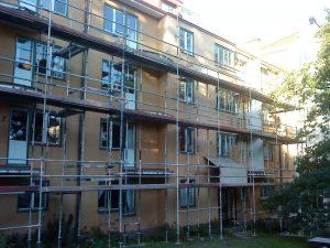 Mellan 2011 och 2015 har ambitiösa renoveringar ägt rum genom föreningen. Här en bild av balkongrenoveringen år 2011. Den nya balkongerna behöll det ursprungliga utseende med zicksack-räcken.