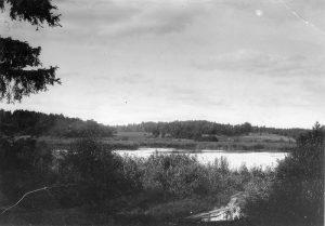 På det som i dag är Skytteholm låg en sjö som haft olika namn genom tiderna. Först hette det Ekhagssjön efter det torp som låg där Vårvägen ligger. Sedan kallades det Träsksjön och Träsket och från slutet av 1800-talet blev namnet Rudsjön. Till höger på bilden ser vi området där Vårvägen ligger i dag. Foto från början av 1900-talet. Sjön försvann under mellankrigstiden då det dränerades.