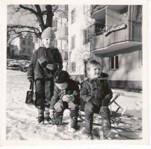 Vinterbild från 1958. Till höger: Peter Nyström, Vårvägen 3 sittande på kälke. Två andra nu okända barn. Observera eken framför 5:ans gårdsport. Den plockades ned någon gång på 1960-talet. Ekensbergsskolan i bakgrunden.