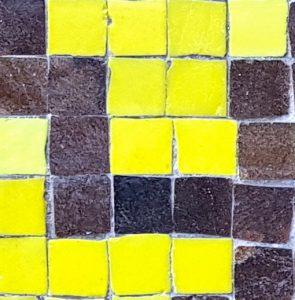 Närbild - mosaik Vårvägen 5.