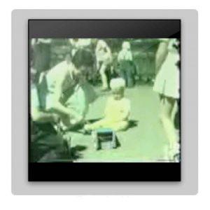 Unik 8-mm smalfilm i färg från 1955, året då Vårvägen-huset blev klart för inflyttning. Mammor och barn vistas på lekplatsen på gården. Barn springer omkring och leker. Ett barn ramlar och börjar gråta men får tröst. Intressanta bildvinklar av Vårvägen. Ett av barnen är Mats Sålder, född 1954. Familjen bodde högst upp på Vårvägen 3. Pappan i familjen var flygstyrman hos SAS och flög transatlantiskt till USA och tillbaka. Filmen kommer att laddas upp på hemsidan så fort en teknisk lösning kan finnas. Tack till Mats Sålder som gav filmklippet till Vårvägen.