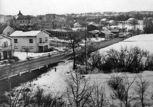 1940-tal. Hagavägen (senare Ekensbergsvägen) och Stråkvägen. Vi ser buss nr 11 som gick från Sundbyberg till Norra Bantorget (till höger i bild). Råsundaskolans annex under uppförande. Fältet till höger hörde till Ekensbergs gård och kallades för Ekensbergs hage. I bakgrunden Råsunda fotbollsstadion.