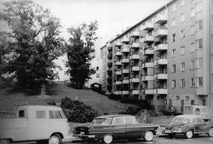 Vy från Virebergsvägen uppåt kullen med Vårvägens gård, ca 1960. Till vänster lastbrygga till ICA Finess. Områdets uppskattade livsmedelsaffär som upphörde i början av 1980-talet.