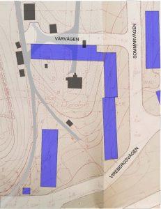 Ekensbergs gård med byggnader i grått i relation till dagens bebyggelse markerat i blått. Topologisk karta från 1953. Rekonstruktion: Richard Nyström.