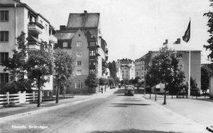 """Buss nr 11 från Sundbyberg körde ned för Stråkvägen där det fanns en hållplats på vänster sida strax före hörnet. Bussen svängde sedan vänster längs med Hagavägen (nuvarande Ekensbergsvägen) På nästa bild kan du se hur bussen fortsatte, vidare in till stan mot Norra Bantorget. På 1960-talet åkte de flesta som skulle in till stan med buss 508 som gick på Frösundaleden efter tunneln (fr o m 1967). Hållplatsen hette då """"Höstvägen""""."""