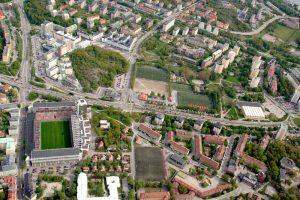 Flygbild 2005. Till vänster i nederkant Vårvägen och Ekensbergsskolan. Till vänster Råsunda fotbollsstadion, Sveriges gamla natinalarena för fotboll, rivet 2013.