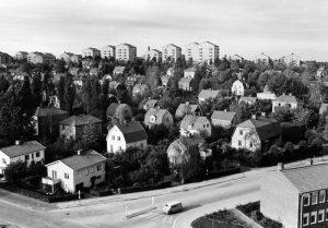 Vy från brandstationstornet öv villaområdet slutet av 1950-talet. Här gick Hagavägen (nuv. Ekensbergsvägen), till vänster Stråkvägen md Råsundaskolan.