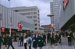Solna centrum. Bygget av Solna Centrum påbörjades 1960 och centrumanläggningen invigdes 1965. Det var vid den tiden ett av regionens modernaste centrum. Arkitekten Sture Frölén hade fått uppdrag både att rita planen och att utforma samtliga byggnader i centrum, de kommersiella och de offentliga.