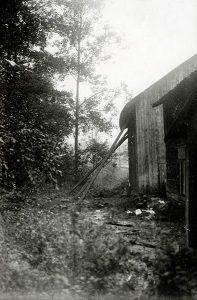 Uthus 1924. Baksidan av ladorna på väg upp för backen, jmf ovan. Här ska det ha varit ganska fuktigt och sumpigt.
