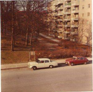 Vy från Virebergsvägen uppför backen till brandstationen och Vårvägens gård. Slutet av 1960-talet. Bilarna: Mercedes Benz och Renault.