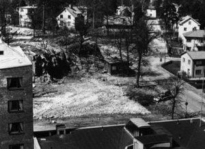 Ellingtons kiosk invid branstationens grusplan. Här kunde man köpa godis, glass och aftontidningar intill slutet av 1960-talet. Bilden är taget ca 1956 då trappan upp till Ekensbergsskolan ännu inte är byggd.