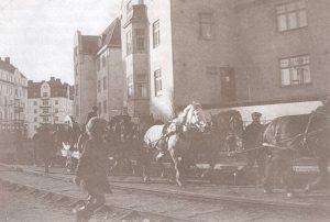 Råsundavägen 1912. Spårvagnsspår gick mitt i vägen.