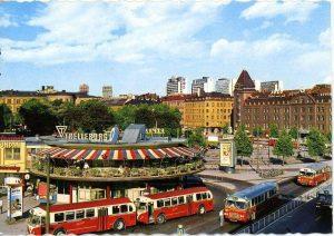 """Bild från mitten av 1960-talet. Vid denna tid fanns ingen tunnelbaneförbindelse som kom först i mitten av 1970-talet. Jag (Richard Nyström) kommer ihåg att man tog 508:ans buss till S:t Eriksplan för att byta till tunnelbana. Bussen gick från hållplats """"Höstvägen"""" på andra sidan Frösundaleden, en bit efter tunnemynningen på Skytteholmssidan. 508:ans buss gick hela vägen till Norra Bantorget där det fanns en rund terminal med affärer kallat """"Rotundan"""" (se bild). Den revs år 2006. Den bruna stora byggnaden till vänster var det berömda """"Vinterpalatset"""" med världens största panorama-biograf (buktad filmduk). Här såg jag Stanley Kubricks rymdfilm 2001 är 1968 eller 1969. Palatset revs senare för att göra plats åt diverse LO-fackliga byggnader. Norra Bantorget var en självklar knutpunkt för boende i Solna och man kunde ofta träffa Vårvägen-grannar på bussen."""